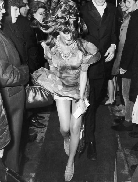 Aktor lawas Inggris Julie Christie menahan gaunnya yang disibak angin