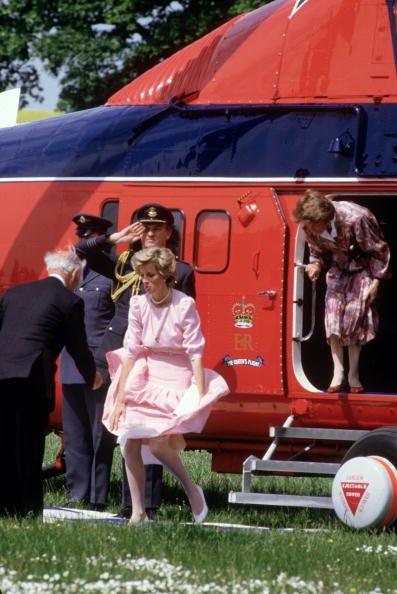 Putri Diana sigap menahan gaunnya agar tak tersingkap