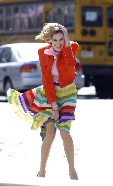 Sarah Jessica Parker berusaha menahan agar roknya tak tersingkap