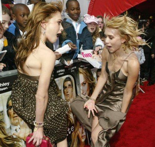 Si kembar Mary Kate dan Ashley Olsen kewalahan menghadapi angin kencang yang menerbangkan rok mereka