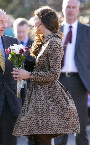 Trik Kate Middleton adalah mengenakan busana berbahan tebal sehingga saat tertiup angin pun tak akan tersingkap
